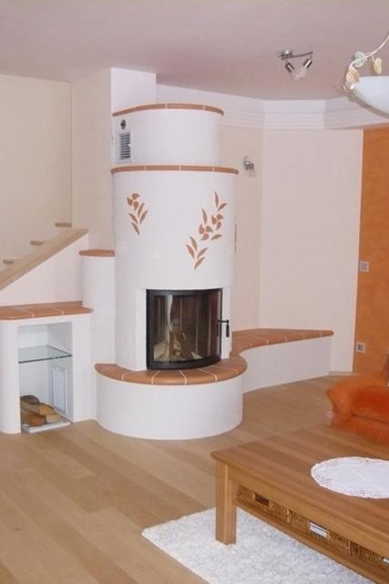 halbrunder Kamin, mit Applikationen, Fliesensims und Sitzbank von Somnium Kamin