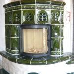 Kachelkamin mit dunkelgrünen Fliesen von Somnium Kamin