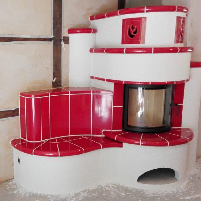 halbrunder Kachelkamin mit roten Fliesen und Kaminssims von Somnium Kamin