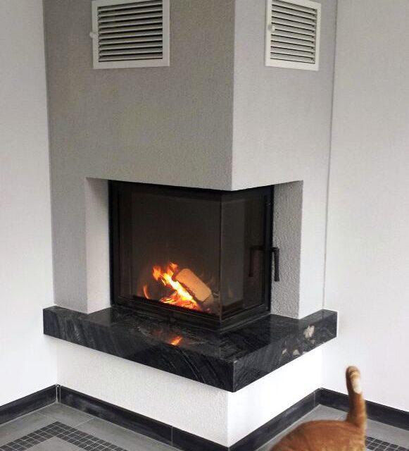 moderner Kamin mit einem schwarzen Marmorsims von Somnium Kamin