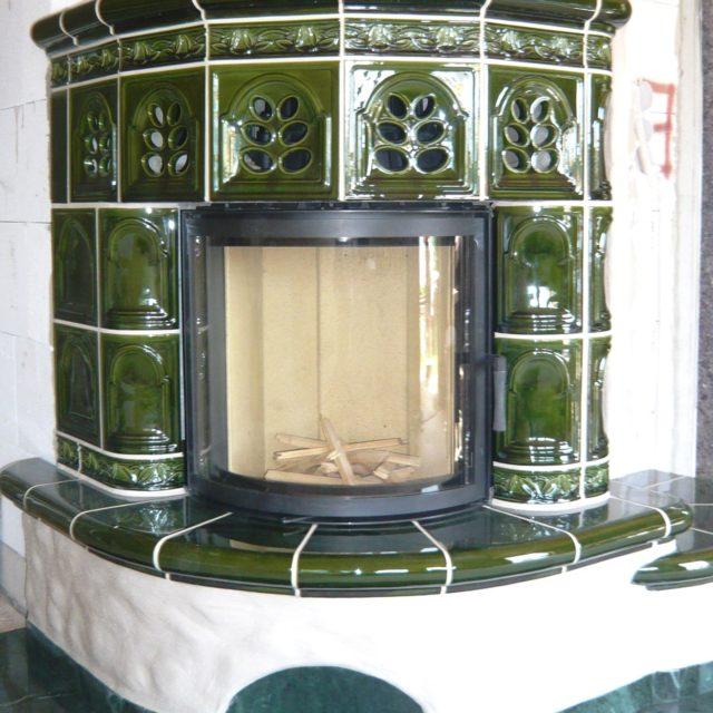 Kachelkamin mit dunkelgrünen Fliesen und Kaminsimsvon Somnium Kamin