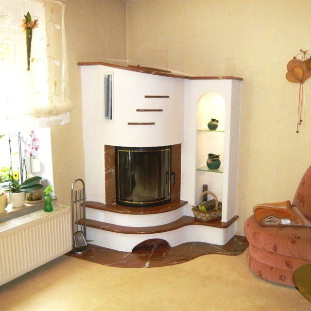 rustikaler Kamin mit braunen Mamor und einem angebauten, beleuchtetem Regal von Somnium Kamin