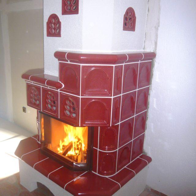 Kachelkamin mit roten Fliesen und Kaminsims von Somnium Kamin