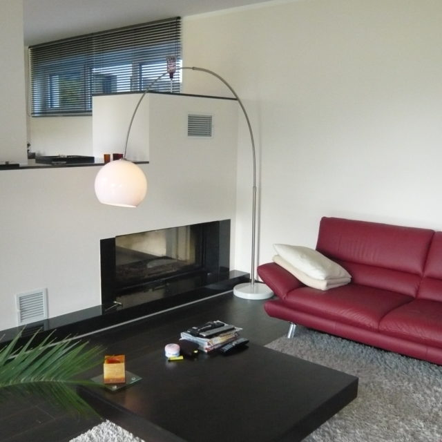 moderner, freihstehender Durchsichtkamin mit schwarzem Marmorsims von Somnium Kamin