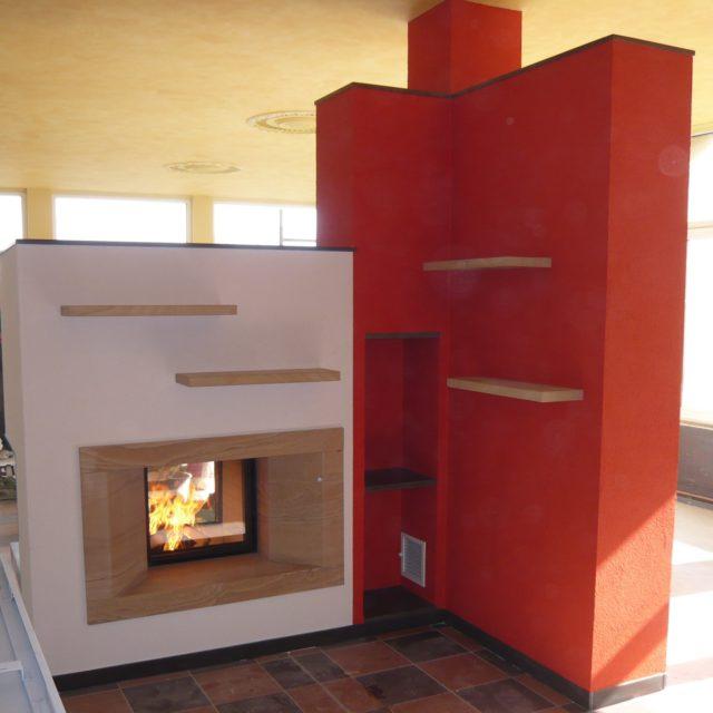moderner, freihstehender Durchsichtkamin mit Holzregalen von Somnium Kamin